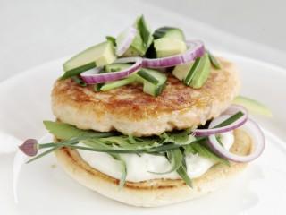 Lofoten 80%-burger med orret og kveite, tzatziki