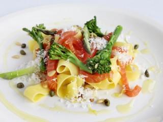 Røkelaks og pasta, parmesan og grønnsaker