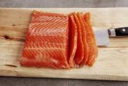 """Røkt laks og ørret kan også skjæres i tykke """"sashimi""""-skiver."""