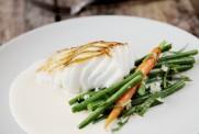 Pannestekt skreifilet med Lofoten Hvitvinsaus, sjalottløk og aspargesbønner.