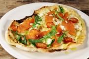 """Minipizza """"Bianco"""" med røkt ørret i tykke skiver fra Lofoten"""