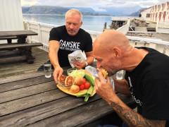 Lofotens salgssjef og Overstyrmann ved Kjerringøy rorbusenter smaker seg frem til den nye rorbumenyen.