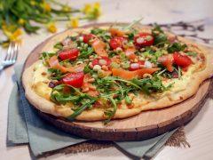 Hvit pizza med røkt laks
